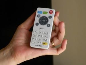テレビのものにならったリモコン。画面にリモコンのどのボタンを押せばよいかのガイドが表示されるのはわかりやすい