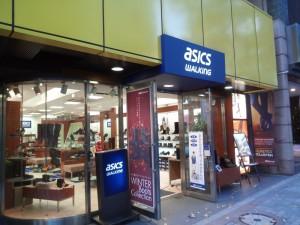 渋谷 道玄坂の歩人館は「アシックスウォーキング」になっていた。場所柄、シニア対象ではないのだろうが、英文のみの店名表示など、シニアは入りづらい