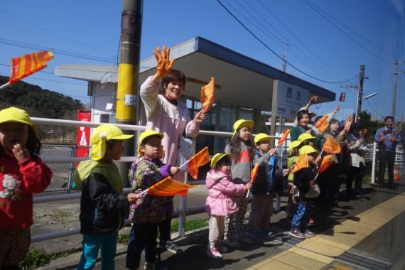 沿線ではかわいい孫のような幼稚園児たちが旗を振って見送ってくれるのもシニアにはうれしい。