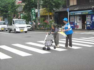 交差点での保護誘導活動の様子(警視庁HP「高齢者の交通事故防止」より)
